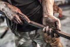 Schmutzige Hände mit Hexenmetallstock Stockfotos