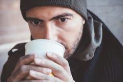 Schmutzige Hände des obdachlosen Whit, die allein trinken Stockfotos