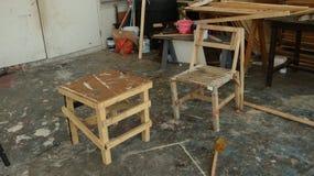 Schmutzige Holzstühle vor unordentlichem Lagerhaus stockfoto