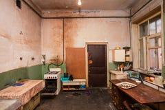 Schmutzige Küche für Flüchtlinge in der vorübergehenden Wohnung für lebendes Bestehen Lizenzfreie Stockfotografie