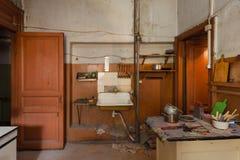 Schmutzige Küche mit Möbeln und Gasherden ist in der Wohnung für vorübergehende lebende Bestehenflüchtlinge, die zu mig gezwungen lizenzfreies stockbild