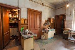 Schmutzige Küche mit Möbeln und Gasherden ist in der Wohnung für vorübergehende lebende Bestehenflüchtlinge, die zu mig gezwungen stockbilder