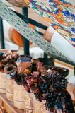 Schmutzige künstlerische Malerpinsel im runden Bambuskasten Stockfotografie