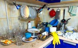 Ungewaschene Teller der schmutzigen Küche Stockfoto