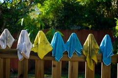 Schmutzige Lappen, die am Zaun hängen Stockfotos