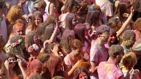 Schmutzige Leute am Festival von den Farben heilig in Barcelona stock video footage