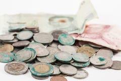 Schmutzige Münzen und alte Banknote Lizenzfreie Stockbilder