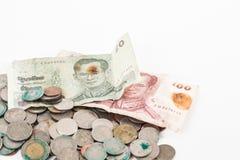 Schmutzige Münzen und alte Banknote Lizenzfreie Stockfotos