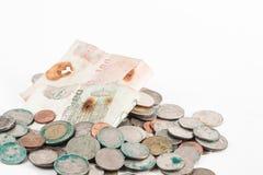 Schmutzige Münzen und alte Banknote Stockbilder