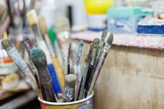 Schmutzige Malerpinsel stockbilder