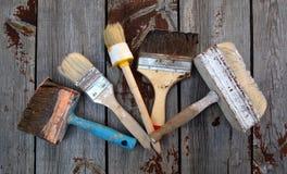 Schmutzige Malerpinsel auf Hintergrund Stockfotografie