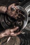 Schmutzige Mannhand mit Gang Lizenzfreies Stockfoto