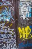Schmutzige Metallwand-Beschaffenheit mit Schichten Graffiti lizenzfreies stockbild