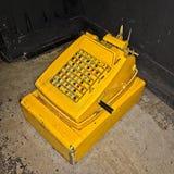 Schmutzige ols Registrierkassemaschine auf dem Boden stockfotos