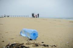 Schmutzige Plastikflasche fallen gelassen auf den Strand Stockfotos