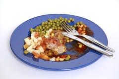 Schmutzige Platte mit den Hühnerfleischknochen nach der Mahlzeit ist- fertig lizenzfreies stockfoto