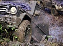 Schmutzige Räder des Autos spinnend in Schlamm lizenzfreies stockfoto