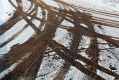 Schmutzige Reifenbahnen auf Schnee Lizenzfreies Stockfoto