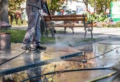 Schmutzige Reinigungsstraßen mit Hochdruck Lizenzfreie Stockfotos