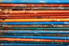 Schmutzige rostige Stahlrohre mit abblätternder Farbe Stockfotos