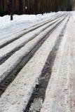 Schmutzige schneebedeckte Spuren des Frühlinges Lizenzfreie Stockfotografie