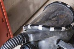 Schmutzige Schwarzweiss-Sicherheitsmaske auf Boden Stockbild