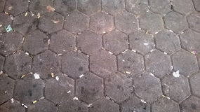 Schmutzige Straße mit Zigarettenkippe Stockfotografie