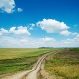 Schmutzige Straße und blauer Himmel Lizenzfreie Stockfotos