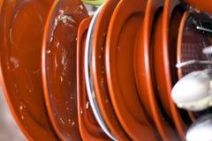 Schmutzige Teller in der Spülmaschine Stockbilder