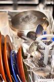Schmutzige Teller in der Spülmaschine Stockfotografie