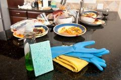 Schmutzige Teller und Reinigungszubehör Stockbild