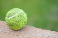Schmutzige Tennis-Kugel Stockfoto
