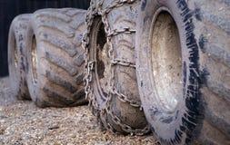 Schmutzige Traktorräder Stockfoto