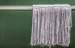 Schmutzige und alte Mops, die an waschender Linie hängen gleen konkretes backg Lizenzfreie Stockfotos