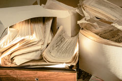 Schmutzige unordentliche Papierdokumente Stockbild