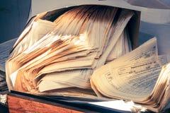 Schmutzige unordentliche Papierdokumente Stockfotos