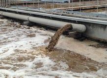 Schmutzige Wasserströme von einem Rohr Lizenzfreies Stockfoto