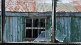 Schmutzige zerbrochene Fensterscheibe Lizenzfreie Stockbilder