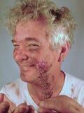 Schmutziger älterer blinzelnder Mann, Blind-Date #2 Stockfoto
