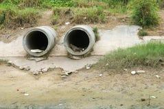 Schmutziger Ablaß, der einen Fluss beschmutzt Stockbild