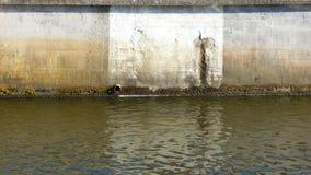 Schmutziger Abwasserkanal in der Stadt Stockfotos