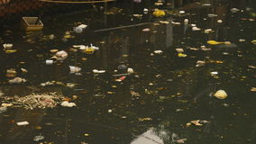 Schmutziger Abwasserkanal in der Stadt Asien stock video