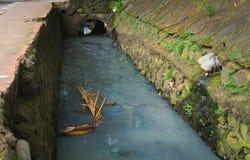 Schmutziger Abzugsgraben mit grauem Wasser Foto eingelassenes Jakarta Indonesien Lizenzfreies Stockfoto