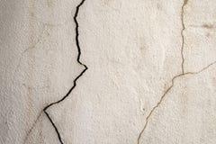 Schmutziger alter gebrochener Betonmauerhintergrund Stockbild