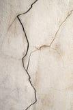 Schmutziger alter gebrochener Betonmauerhintergrund Stockbilder