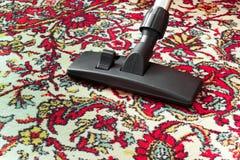 Schmutziger alter Reinigungsteppich mit einer Staubsauger-Universalitätsdüse stockbild