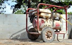 Schmutziger alter tragbarer Generator stockfoto