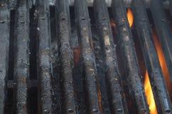 Schmutziger BBQ-Grill mit Flammen stockfotos
