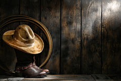 Amerikanischer Westrodeo-Cowboyhut auf Stiefeln und Lariat Lizenzfreie Stockbilder