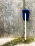 Schmutziger blauer Mopp für das Waschen räumen Haus auf lizenzfreies stockfoto